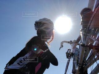 太陽の下ロードバイクと私の写真・画像素材[1514238]