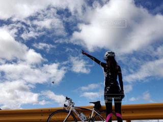 ロードバイクと鳥と私の写真・画像素材[1514282]