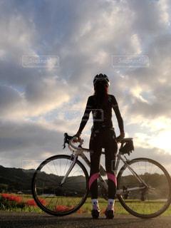 夕陽とロードバイクと彼岸花の写真・画像素材[1519693]
