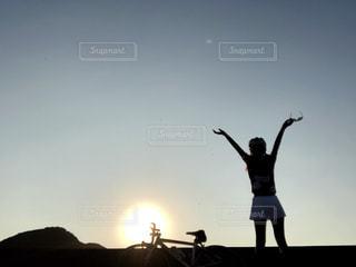 夕陽とロードバイクの写真・画像素材[1522388]