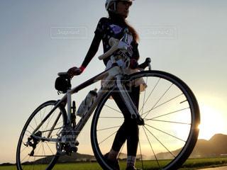 夕陽とロードバイクの写真・画像素材[1522389]