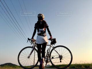 自転車の後ろに乗って男の写真・画像素材[1522391]