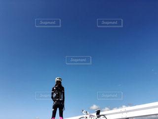 スキーに乗っている間空気を通って飛んで男の写真・画像素材[1522393]