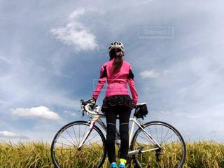 曇りの日に自転車に乗る人の写真・画像素材[1561941]