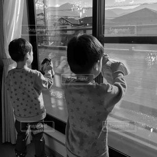 室内,窓,子供,双子,兄弟,掃除,雑巾,お手伝い,窓拭き,年末大掃除