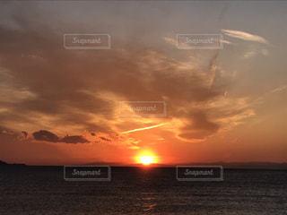 水の体に沈む夕日の写真・画像素材[1867941]