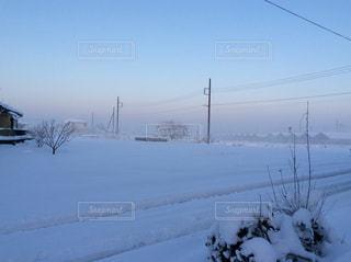 田舎の雪景色の写真・画像素材[1689704]