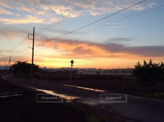 ふわふわの雲と夕焼け空の写真・画像素材[2302562]