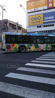 右折中のカラフルラッピングバスの写真・画像素材[2373253]