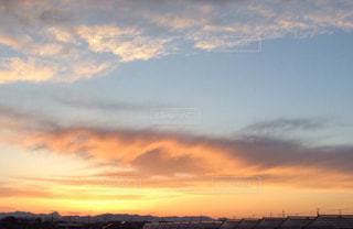 夕焼けとふわふわ雲の写真・画像素材[2414653]