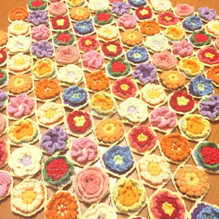 かぎ針編みで編んだお花モチーフの写真・画像素材[1538088]