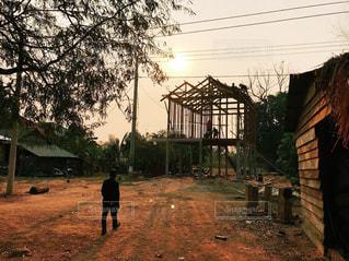男性,1人,空,夕日,屋外,太陽,歩く,光,家,樹木,カンボジア