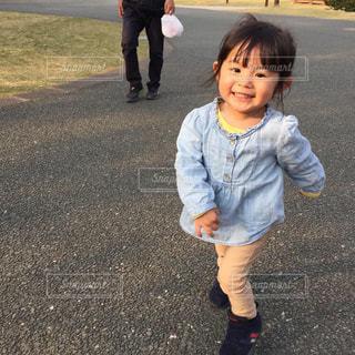 通りに立っている小さな男の子の写真・画像素材[2109299]