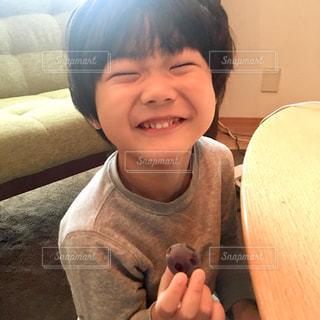 ぶどうが大好きな男の子の写真・画像素材[1588515]
