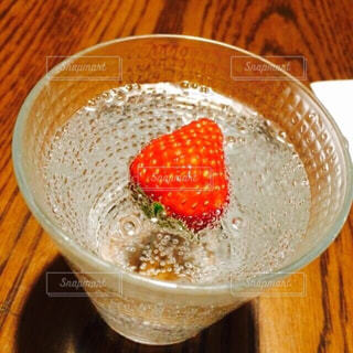 炭酸水と苺の写真・画像素材[1801245]