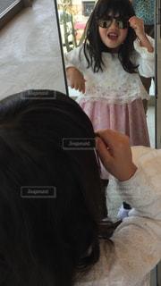 サングラスかけてびっくりした少女の写真・画像素材[1480252]