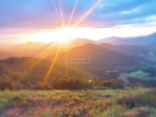 自然,風景,空,秋,夕日,夕焼け,夕暮れ,山,草,高原,秋空
