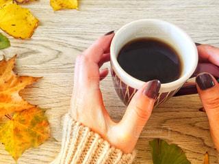 一杯のコーヒーとチョコレートネイルの写真・画像素材[1548732]