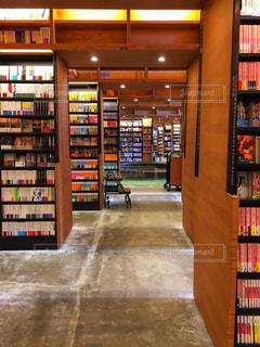 本棚の本でいっぱいの部屋の写真・画像素材[1549438]