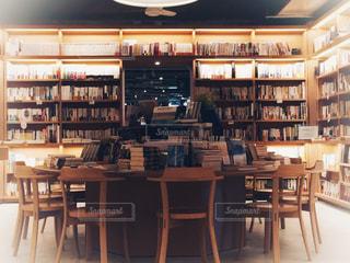 本の棚の前にテーブルの写真・画像素材[1549465]