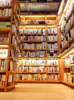 本棚。たくさんの本。の写真・画像素材[1556513]
