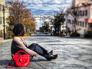八幡坂の上に座っている人の写真・画像素材[1590350]