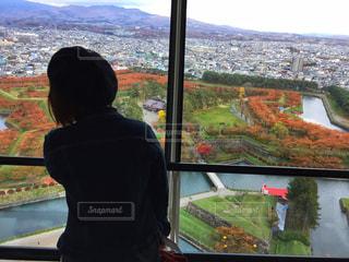 ウィンドウの前に立っている人、五稜郭公園、五稜郭タワー、紅葉の写真・画像素材[1610212]