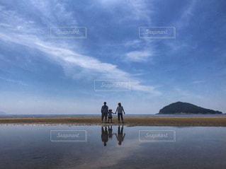 父母ヶ浜に立つ家族の写真・画像素材[1621935]