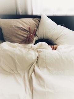 ベッドの上で横になっている人の写真・画像素材[1625142]