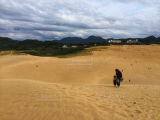 鳥取砂丘を登る親子の写真・画像素材[1625762]