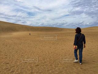 鳥取砂丘に立っている人の写真・画像素材[1625898]