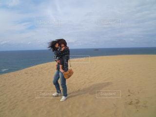 鳥取砂丘に立っている親子の写真・画像素材[1631670]