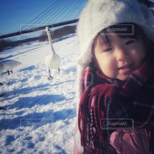 雪の中で立っている女の子の写真・画像素材[1631840]