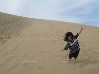 鳥取砂丘と女の子の写真・画像素材[1631847]