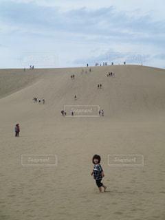 鳥取砂丘に登る人々と女の子の写真・画像素材[1631853]