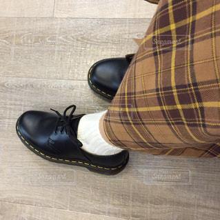 黒い靴の女性の足元の写真・画像素材[1634847]