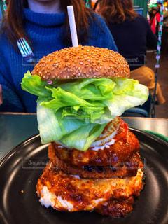 ハンバーガーを食べる女性の写真・画像素材[1640771]