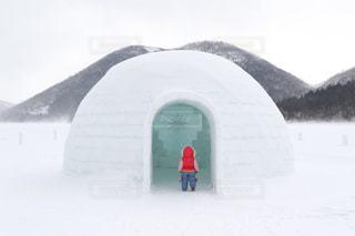 冬,雪,湖,白,北海道,子供,女の子,少女,人物,大きい,後姿,立つ,ひとり,寒い,かまくら,ホワイト,氷点下,たたずむ,つなぎ,氷上,然別湖,ジャンプスーツ,マイナス気温,防寒着,イグルー,しかりべつ湖コタン,アイスロッジ