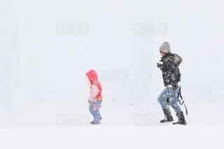 子ども,冬,雪,湖,白,親子,歩く,ジーンズ,北海道,子供,女の子,少女,人物,横顔,寒い,ふたり,モノトーンコーデ,ホワイト,氷点下,並ぶ,つなぎ,ダウン,吹雪,氷上,降る,ダウンジャケット,然別湖,ジャンプスーツ,マイナス気温,シンプルコーデ,防寒着,雪降る,しかりべつ湖コタン,雪降る中
