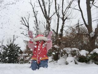 雪,庭,ピンク,白,北海道,女の子,楽しい,嬉しい,雪遊び,笑顔,ひとり,ホワイト,12月,舞う,ニコニコ