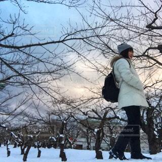 五稜郭公園にてモノトーンコーデの女性の写真・画像素材[1674941]