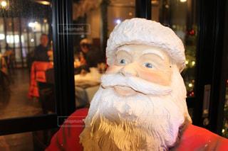 クリスマスディナーを楽しむ人々とサンタさんの写真・画像素材[1692190]