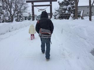 男性,2人,冬,雪,神社,親子,後ろ姿,北海道,フード,仲良し,人物,人,後姿,お正月,初詣,元旦,2,お参り,ニセコ,一緒,1月,ウインター,カメラバック