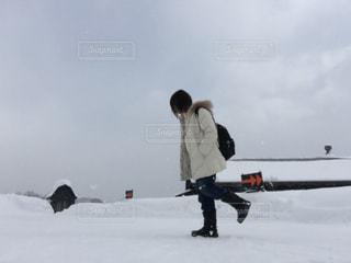雪の中に立っている女性の写真・画像素材[1700900]