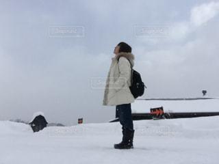 雪の中に立っている女性の写真・画像素材[1701105]