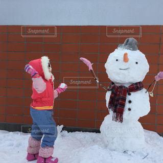 庭,ピンク,北海道,女の子,少女,レンガ,仲良し,楽しい,人物,雪遊び,大きい,笑顔,ニット帽,雪だるま,可愛い,人参,手袋,函館,スノーマン,キュート,スキーウェア,にっこり,つなぎ,スノーウェア,冬休み,雪合戦,スノーブーツ,防寒着,脚絆