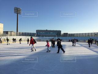 冬,群衆,屋外,青空,北海道,影,氷,光,人々,寒い,冷たい,函館,スケート,氷上,リンク