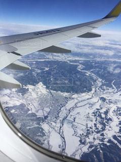 雪に覆われた飛行機からみる地上の写真・画像素材[1732254]