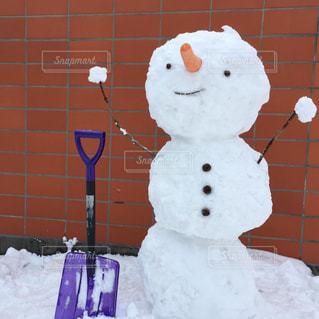 雪の中に、雪だるまの写真・画像素材[1734467]