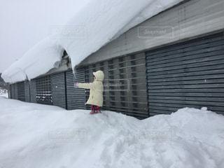 屋根の雪と女の子の写真・画像素材[1737381]